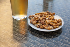 Öl och mellanmål på en terrass, Spanien royaltyfri fotografi