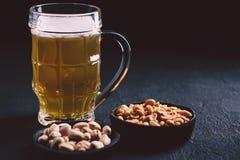 Öl och mellanmål Stångtabell restaurang bar, parti royaltyfria bilder