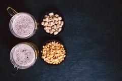 Öl och mellanmål Stångtabell restaurang bar, parti royaltyfria foton