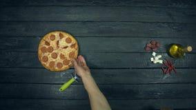 Öl- och peperonipizza på ekologisk svart bakgrund
