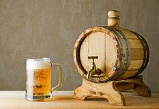 Öl och trumma på den wood tabellen Arkivfoto