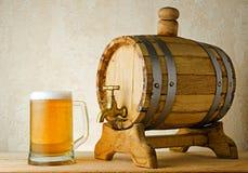 Öl och trumma på den wood tabellen Royaltyfria Bilder