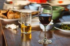 Öl och vin på tabellen Arkivfoton