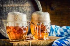 Öl OktoberfestTwo kalla öl Utkastöl Utkastöl guld- öl Guld- öl Öl för guld två med fradga överst Kallt öl för utkast Arkivfoton