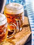 Öl OktoberfestTwo kalla öl Utkastöl Utkastöl guld- öl Guld- öl Öl för guld två med fradga överst Kallt öl för utkast Royaltyfri Bild