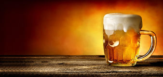 Öl på timmertabellen Royaltyfri Bild