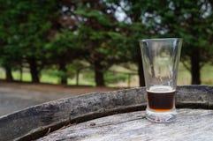 Öl på trumma i trädgård Arkivfoto