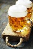 Öl på wood bakgrund Royaltyfri Bild