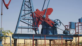 Öl-Pumpe, Pumpensteckfassung Energie des fossilen Brennstoffs, alte Pumpanlage stock footage
