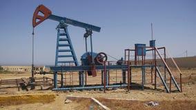 Öl-Pumpe, Pumpensteckfassung Energie des fossilen Brennstoffs, alte Pumpanlage stock video