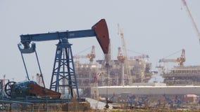 Öl-Pumpe, Pumpensteckfassung Energie des fossilen Brennstoffs, alte Pumpanlage stock video footage