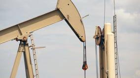 Öl-Pumpen-Jack Fracking Crude Extraction Machine-Brennstoff-Produktion stock footage