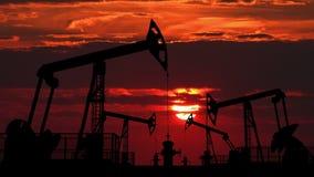 Öl pumpjacks gegen rote Dämmerung stock video footage