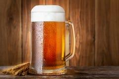 öl rånar den trätabellen arkivfoton