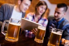 Öl rånar med vänner på restaurangen Fotografering för Bildbyråer