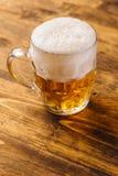 Öl rånar mycket av den kalla nya alkoholdrinken Royaltyfri Foto