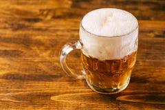 Öl rånar mycket av den kalla nya alkoholdrinken Arkivbilder