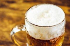 Öl rånar mycket av den kalla nya alkoholdrinken Arkivbild