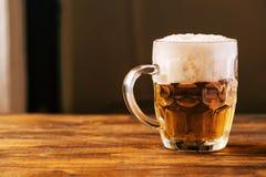 Öl rånar mycket av den kalla nya alkoholdrinken Royaltyfria Foton