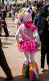 Öl-Sheva ISRAEL - mars 5, 2015: Öl-Sheva ISRAEL - mars 5, 2015: Flicka i en dräkt och hattrosa färgRAM, baksidasikt - Purim Arkivbilder