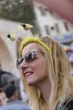 Öl-Sheva ISRAEL - mars 5, 2015: Öl-Sheva ISRAEL - mars 5, 2015: Stående av en kvinna i mörk solglasögon med ett beslag med två Arkivfoton
