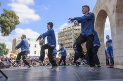 Öl-Sheva ISRAEL - mars 5, 2015: Öl-Sheva ISRAEL - mars 5, 2015: Tonårs- pojkar som dansar breakdancing på den öppna etappen - Pu Royaltyfria Bilder