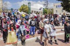 Öl-Sheva ISRAEL - mars 5, 2015: Barn i karnevaldräkter på festivalen Royaltyfri Fotografi