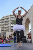 Öl-Sheva ISRAEL - mars 5, 2015: En man i en vit ballerinakjol på den öppna etappen - Purim Arkivbild