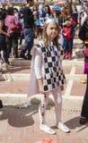 Öl-Sheva ISRAEL - mars 5, 2015: Flicka i dräktkort av drottningen med en krona på gatan - Purim Arkivbild