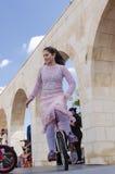 Öl-Sheva ISRAEL - mars 5, 2015: Flickan i en rosa klänning på en cykel med ett hjul - Purim Royaltyfri Fotografi