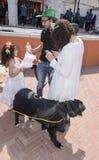 Öl-Sheva ISRAEL - mars 5, 2015: Moder, fader, dotter och hund på en stadsgata Arkivbilder