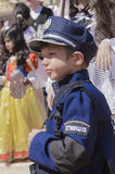 Öl-Sheva ISRAEL - mars 5, 2015: Pojke i en dräkt och ett lock av den israeliska polisiära Purimen Fotografering för Bildbyråer