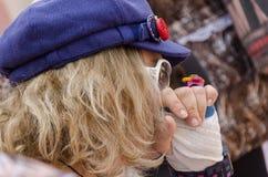 Öl-Sheva ISRAEL - mars 5, 2015: Stående av en blond kvinna i en blå basker och exponeringsglas - Purim Royaltyfria Bilder