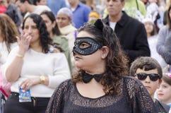 Öl-Sheva ISRAEL - mars 5, 2015: Stående av en ung kvinna i en svart maskering i en folkmassa - Purim Arkivfoton