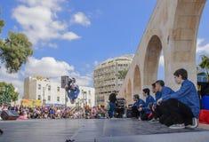 Öl-Sheva ISRAEL - mars 5, 2015: Tonårs- pojkar som dansar breakdancing på den öppna etappen Royaltyfri Foto