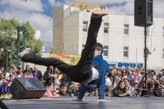 Öl-Sheva ISRAEL - mars 5, 2015: Tonårs- pojkar som dansar breakdancing på den öppna etappen Arkivbild
