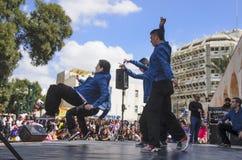 Öl-Sheva ISRAEL - mars 5, 2015: Tonårs- pojkar som dansar breakdancing på den öppna etappen - Purim i staden av öl-Sheva på mor Fotografering för Bildbyråer