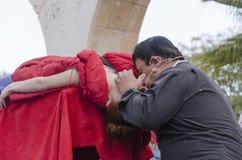 Öl-Sheva ISRAEL - mars 5, 2015: Trollkarlen utför på perioden för gataplatshypnos med flickan i rött - Purim Royaltyfria Bilder