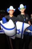 Öl-Sheva ISRAEL - mars 2012: Två grabbar i cowboyhattar säljer ballonger på dagen av Israels självständighet royaltyfria bilder