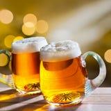 öl skummade upp fulla glass exponeringsglas ett två Royaltyfria Foton