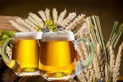 öl skummade upp fulla glass exponeringsglas ett två Royaltyfri Fotografi