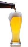 öl som är hällt exponeringsglas Royaltyfri Bild