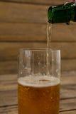 öl som är hällt exponeringsglas Arkivfoton