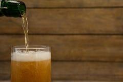 öl som är hällt exponeringsglas Royaltyfria Foton