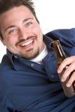 öl som dricker den lyckliga mannen Fotografering för Bildbyråer