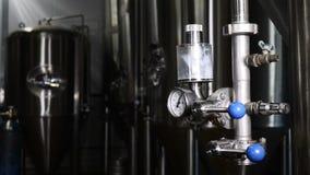 Öl som gör utrustning Ölproduktion i fabrik Brewhouse Öl kylas i behållare kyla ny öl Lagringsbehållare arkivfilmer