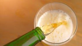 Öl som häller från en grön flaska, bästa sikt lager videofilmer