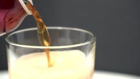 Öl som häller in i exponeringsglas arkivfilmer