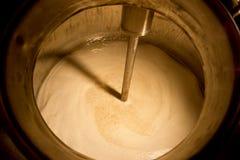 Öl som rör i kokkärl Arkivbilder