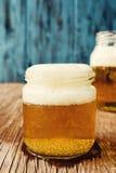 Öl som tjänas som i glass krus Royaltyfri Bild